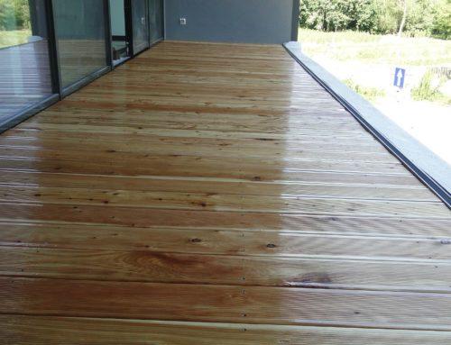Balkon z drewna modrzewiowego