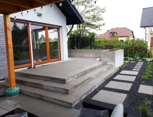 Taras z nowoczesnych płyt betonowych